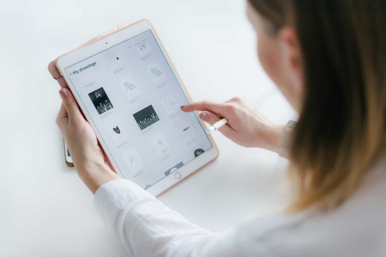 How To Choose The Best iPad Screen Protector (With 10 Recommendations)